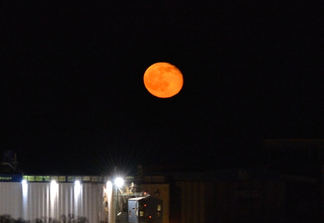 FOREST FIRE SMOKE TURNS MAY 5, 2015 FULL MOON BRIGHT ORANGE